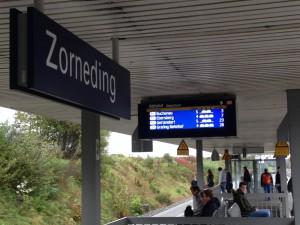 Reparierte Bahnsteig-Anzeigen in Zorneding (Foto: Rob Harrison)