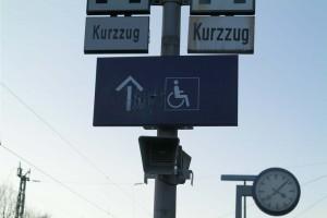 Hinweisschild zur Behinteren-Rampe am Bahnhof Zorneding