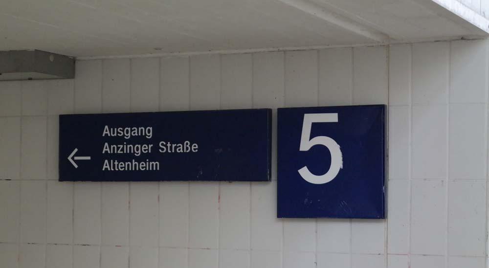 Wegweiser in der Fußgängerunterführung des Bahnhofs Zorneding