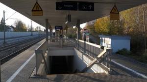 Hinweisschilder zur Rampe am Bahnhof Zorneding