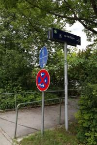 Zugang zur Fußgängerrampe S-Bahn-Parkplatz-Zufahrt in Zorneding (Foto: Peter Pernsteiner)