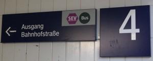 Wegweiser unter Gleis 4 am Bahnhof Zorneding (Foto: Peter Pernsteiner)