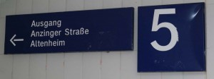 Wegweiser unter Gleis 5 am Bahnhof Zorneding (Foto: Peter Pernsteiner)