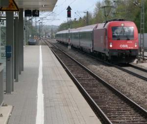 ÖBB-Schnellzug am Bahnhof Zorneding