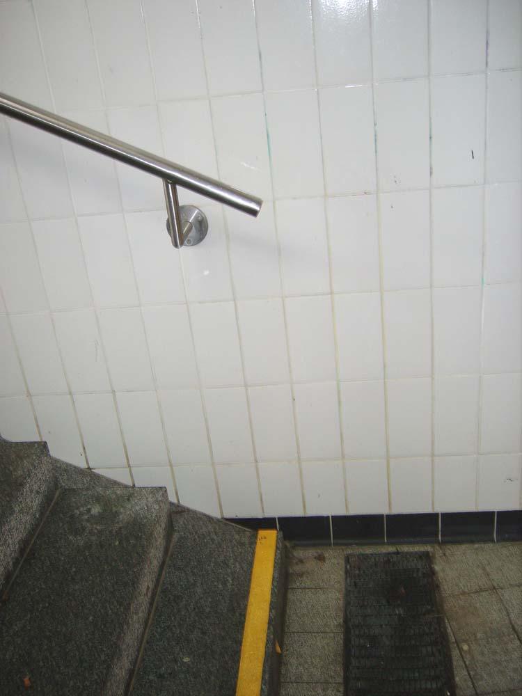 Der Handlauf der Treppe am Bahnhof Zorneding ist eigentlich für Behinderte zu kurz, weil er direkt über der ersten Treppenstufe endet. (Foto: Verein Alter Erleben in Zorneding)