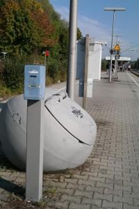 Fahrscheinentwerter am westlichen Ende des Bahnsteigs vom Bahnhof Zorneding (Foto: Peter Pernsteiner)