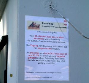 Hinweis auf die Umbauarbeiten am Treppenaufgang vom Bahnhof Zorneding zum Parkplatz (Foto: Peter Pernsteiner)