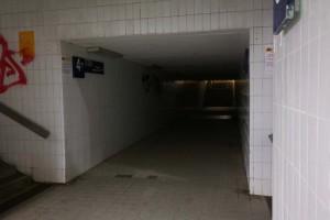 Lausige Beleuchtung am Treppenabgang des Bahnhofs Zorneding (Foto: Pernsteiner)