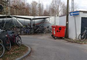 Wertstoffcontainer am Bahnhofsparkplatz in Zorneding (Foto: Pernsteiner)