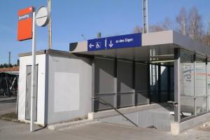 Einhausung des Treppenabgangs am Bahnhof Zorneding (Foto: Peter Pernsteiner)