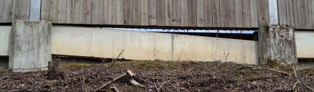 Abgesenktes Beton-Bodenelement in der alten Lärmschutzwand von Zorneding (Foto: Peter Pernsteiner)