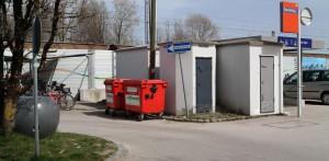 Müllcontainer am Bahnhofsparkplatz von Zorneding (Foto: Peter Pernsteiner)