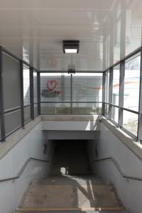 Neue LED-Beleuchtung am Treppenabgang des Bahnhofsparkplatzes von Zorneding. (Foto: Peter Pernsteiner)