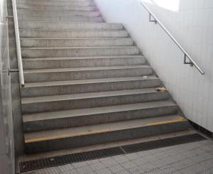 Verlängerte Handläufe am Treppenabgang von Pöring (Foto: Peter Pernsteiner)