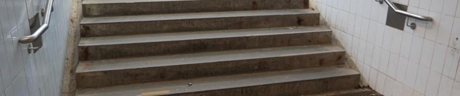 Verlängerte Handläufe am neuen Treppenabgang (Foto: Peter Pernsteiner)