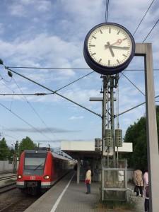 Am Zornedinger Bahnhof stimmt die Uhrzeit nicht (Foto: Rob Harrison)