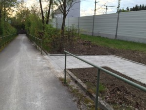 Verbindungsweg am Bahnhofsparkplatz von Zorneding (Foto: Harrsion)