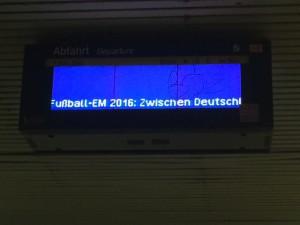 ... gestern zeigte es immerhin Hinweise zur Fußball-EM, aber Fahrgäste wollen ja eigentlich auch über die Abfahrtzeiten informiert sein! (Foto: Rob Harrision)